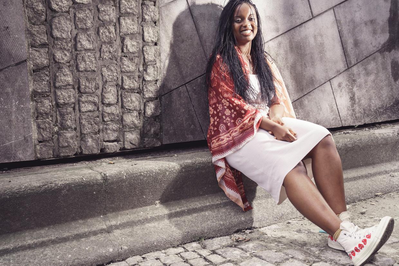 Slamdichter Lisette Ma Neza (23): 'Maar zelfs al maak ik nu ook muziek, toch voel ik me nog steeds in de eerste plaats een dichteres.' Beeld © Stefaan Temmerman