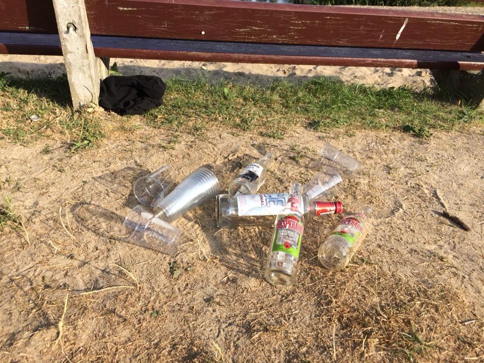De feestgangers lieten zondagavond lege drankflessen achter