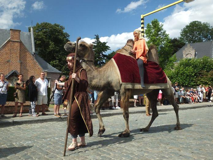Zaïna op haar kameel Kim.