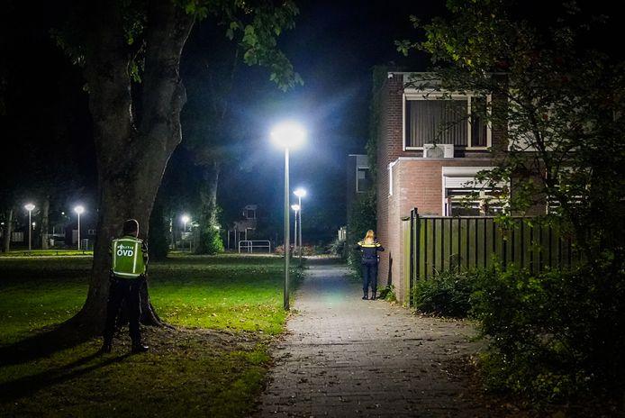 Politieagente doet onderzoek in de buurt.
