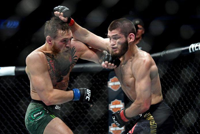 Khabib Nurmagomedov (rode handschoenen) vecht tegen Conor McGregor tijdens UFC 229 in Las Vegas op 6 oktober 2018.