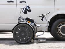 Busje rijdt tegen vrouw in invalidenwagen in Oss, slachtoffer naar het ziekenhuis