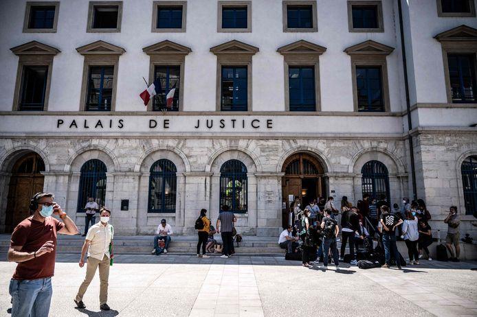 Cameraploegen voor het justitiepaleis in Valence.