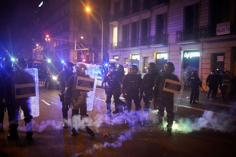 In Barcelona is het zaterdagavond, voor de vijfde dag op rij, tot confrontaties gekomen tussen politie en duizenden betogers. Ze protesteerden tegen de opsluiting van een Catalaanse rapper. Beeld AP
