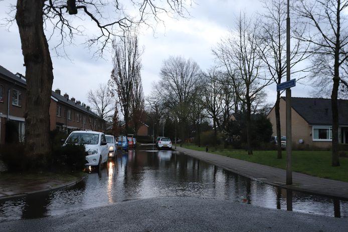 Een ondergelopen straat door de waterlekkage in Nunspeet.