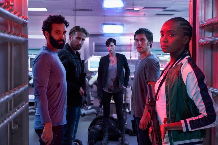 Een scène uit The Old Guard, met links Marwan Kenzari als Joe en Luca Marinelli als Nicky. Beeld AIMEE SPINKS/NETFLIX