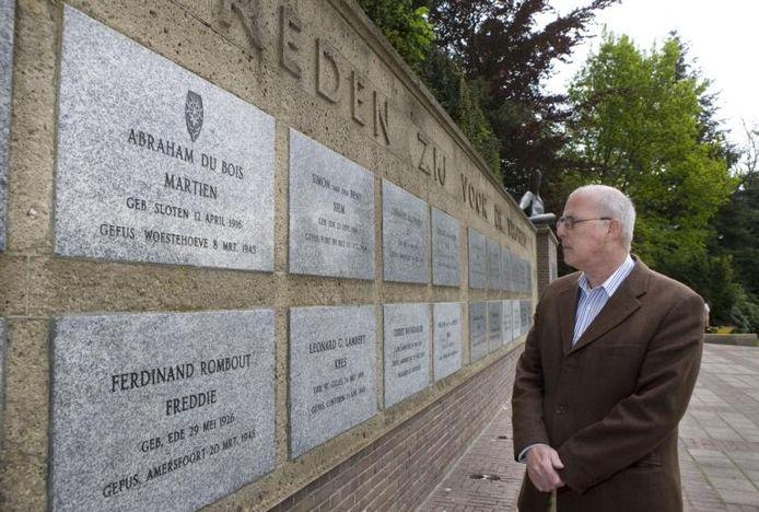 Cees Haverhoek bij de gedenksteen van Abraham du Bois op de muur van het Mausoleum aan de Vossenakker in Ede. foto Herman Stöver