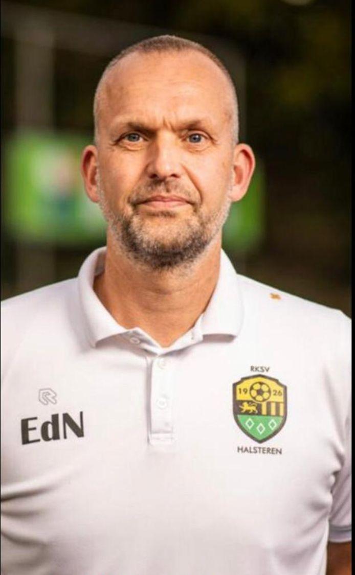 Erwin de Nijs blijft minstens één jaar langer bij hoofdklasser Halsteren. Hij tekende een contract voor één seizoen met optie voor nog een jaar.