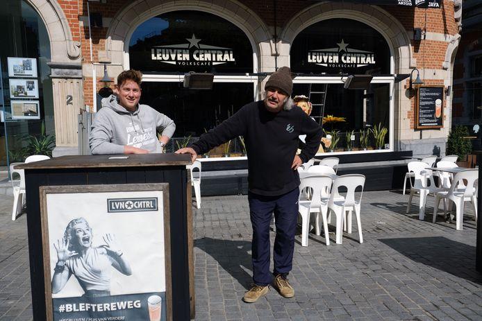 Cafébazen Lukas en Gie van volkscafé Leuven Central, één van de populairste zaken van de stad.