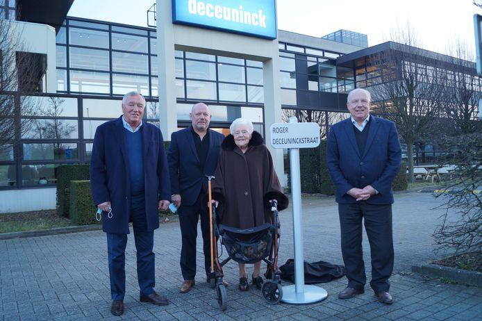 Gislaine Van Middelem (99), de echtgenote van wijlen Roger Deceuninck, is trots dat de naam van haar man vereeuwigd wordt in een straat. Ook haar zonen Arnold, Philip en Frank Deceuninck zijn fier.
