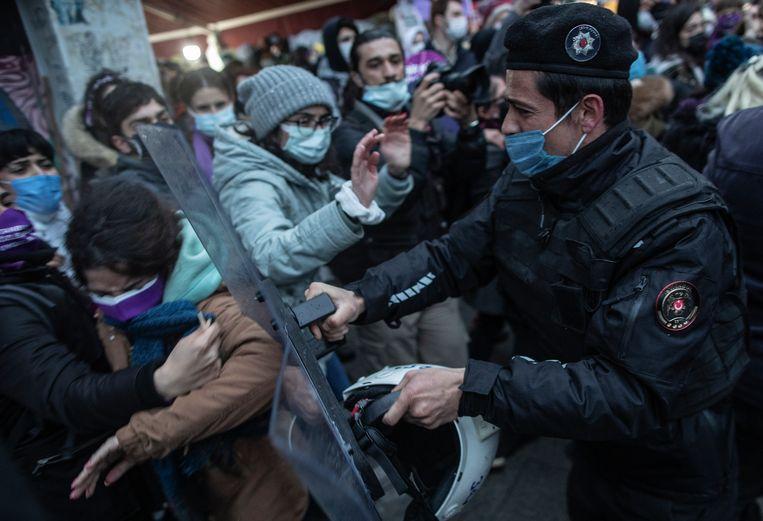 Vrouwen betoogden zaterdag massaal in Istanboel tegen het besluit van Turkije om zich terug te trekken uit het vrouwenrechtenverdrag. Beeld EPA