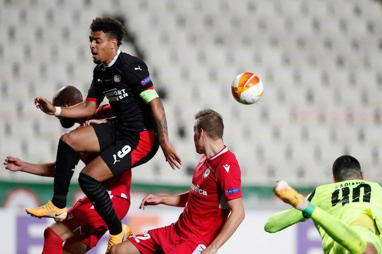 Donyell Malen van PSV, links, springt voor de bal bij Adam Lang van AC Omonia. Beeld AP