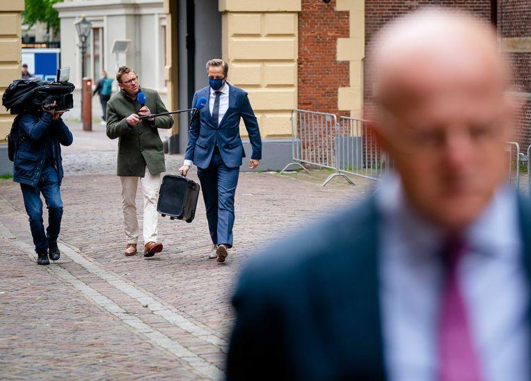 Demissionair minister De Jonge op het Binnenhof in gesprek met journalisten. Beeld ANP - Bart Maat