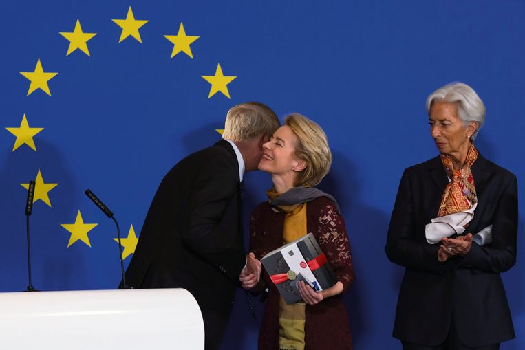 Commissievoorzitter Ursula von der Leyen geeft Rituals-pakket cadeau.  Beeld De Speld