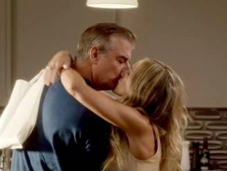 Carrie Bradshaw en Mr. Big zoenen passioneel in eerste beelden van 'Sex and the City'-reboot