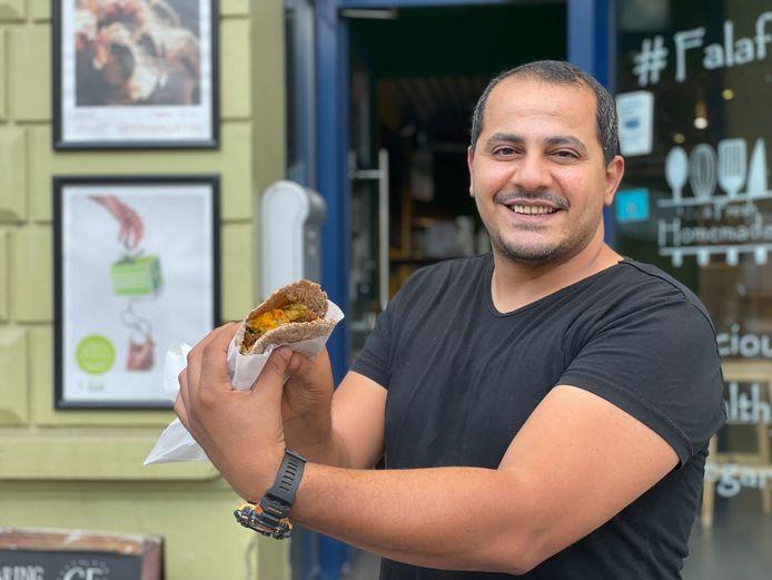 """""""Ik gebruik meergranenbroodjes"""", zegt Mohannad Elabd. """"Iets duurder maar betere kwaliteit."""""""