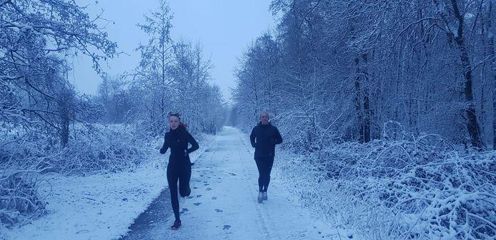 Enkele dappere ochtendlijke joggers werken zich in het zweet in de koude van domein Puyenbroeck.