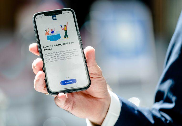 Minister Hugo de Jonge startte donderdag symbolisch een update van de CoronaCheck app. Beeld ANP