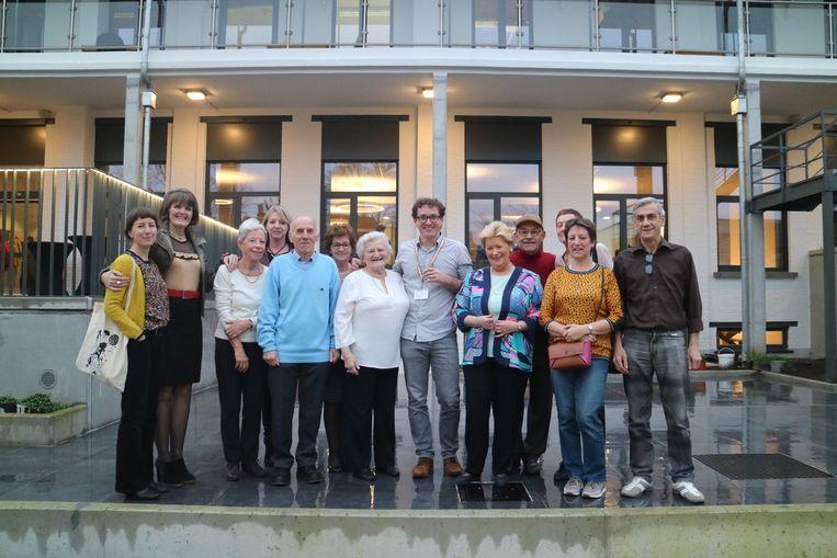 Bart Beeckmans en enkele vrijwilligers voor het vernieuwde dienstencentrum De Regenboog.