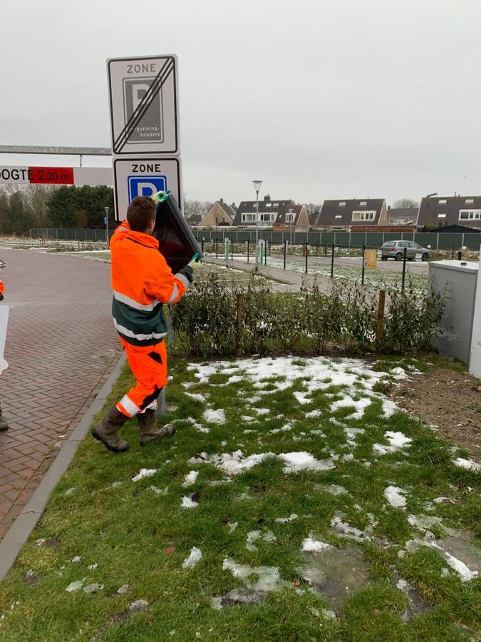 De borden voor betaald parkeren worden afgedekt. Vanaf 1 april gaat de nieuwe regeling in.