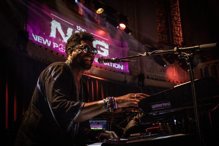 'Het was een mirakel dat wij géén fouten speelden. Bij Prince brachten we alles live, óók de samples.' (Foto: met de New Power Generation in Paradiso in Amsterdam.) Beeld Peter Lodder