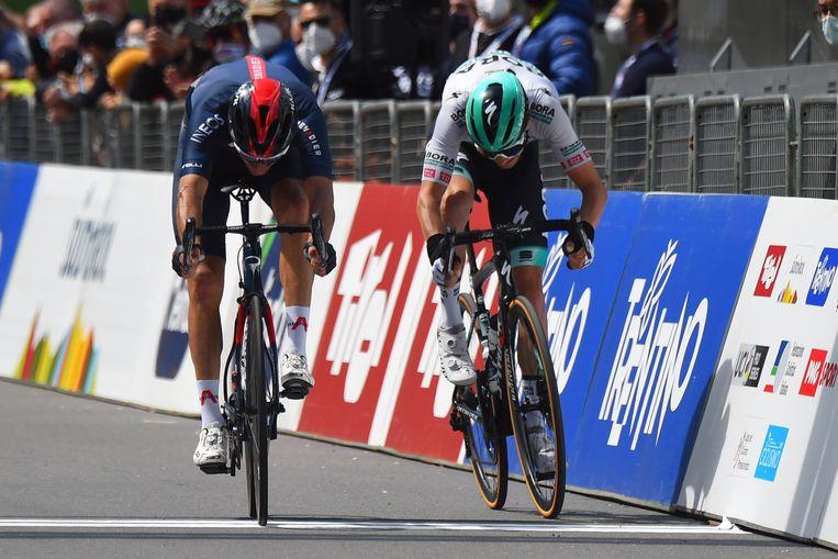 In de sprint bleek Moscon (links) de snelste, voor Grossschartner.  Beeld Photo News