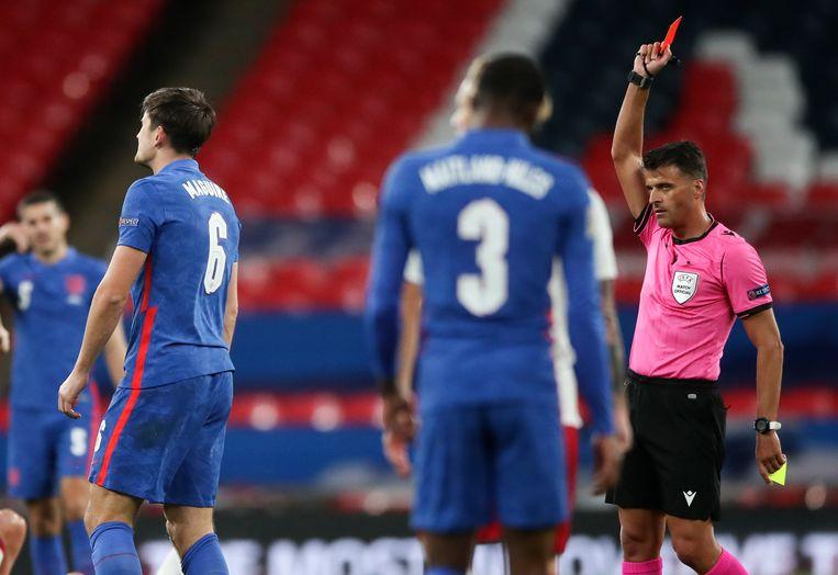 Scheidsrechter Jesus Gil Manzano geeft Harry Maguire een rode kaart in het Nations League-duel tegen Denemarken, oktober vorig jaar. Beeld AP
