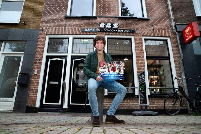 Tim Hillenaar (24) voor Bennie's Barber Shop in Doesburg waar hij de verstopte tickets voor Ajax - Borussia Dortmund vond.