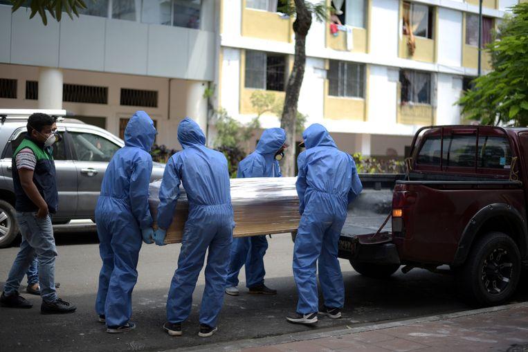 Een doodskist wordt op een pik-uptruck geladen in Guayaquil