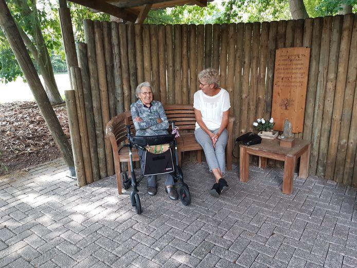 Carien en haar moeder An op het terrein van Jozefoord