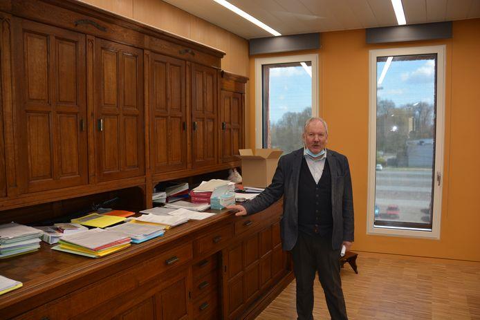 Burgemeester Van de Vijver zorgde voor een historische toets met de meubilairkeuze voor zijn eigen bureau.