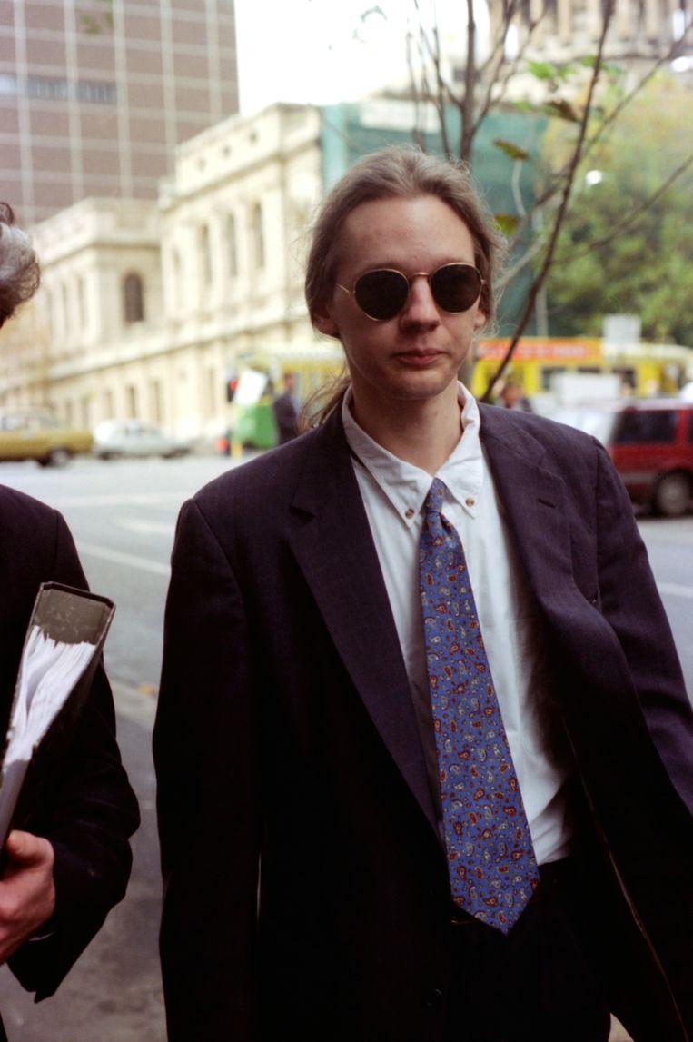 Julian Assange verlaat de rechtbank in Melbourne na een tegen hem ingediende aanklacht wegens hacken, op 6 mei 1995.  Beeld Fairfax Media via Getty Images