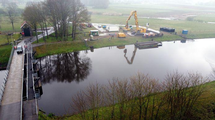 Het Waterschap Vechtstromen mag doorgaan met de renovatiewerkzaamheden aan de stuw bij Junne. Staatsraad Sylvia Wortmann is het niet eens met omwonenden dat de natuur daar onomkeerbare schade door lijdt.