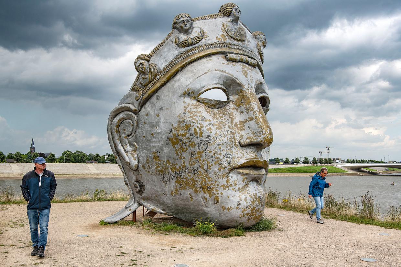 Dit Romeins masker aan de Waal is geen product van beleid: het is het toevallig resultaat van een kunstprijsvraag. Beeld Guus Dubbelman / De Volkskrant