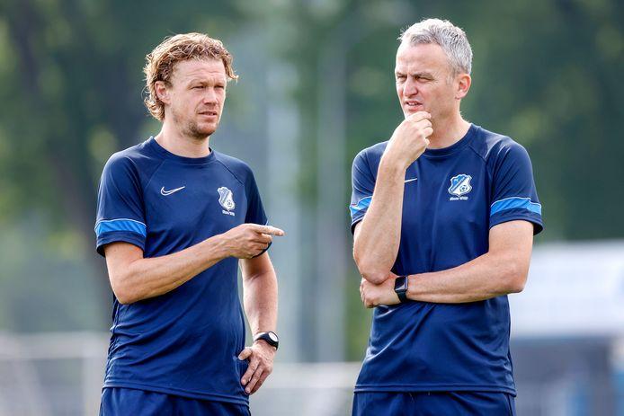 Assistent-trainer Paul Beekmans (l) overlegt met hoofdtrainer Rob Penders op een training van FC Eindhoven.