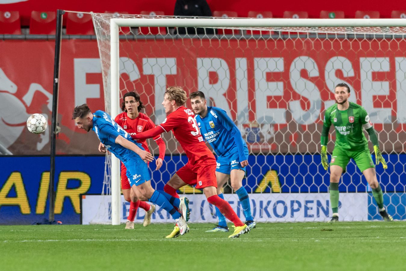 Het beslissende moment in beeld: Vitesse-speler gaat naar de grond.
