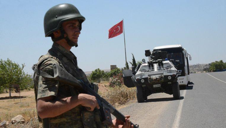 Een Turkse militair bij de Turkse grens met Syrië. Beeld anp