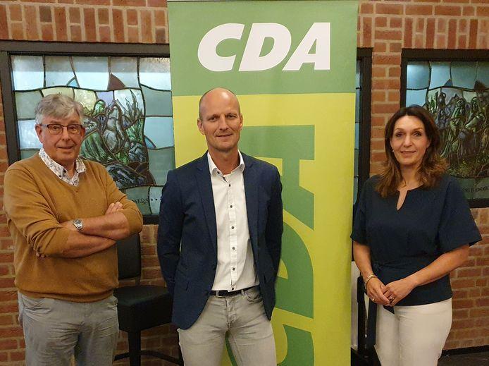 Van links naar rechts: CDA-bestuursvoorzitter Jan Hekman, lijsttrekker Erik Veurink en kandidaat-wethouder Alice van den Nieuwboer