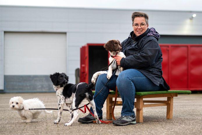 Wilma Blom met puppies.