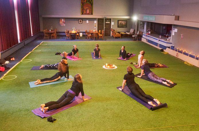 Yoga op de jeu de boulesbaan. In het klooster van de zusters Franciscanessen komen allerlei partijen samen. Rechts (wit shirt)  yogadocente Ayla den Das.