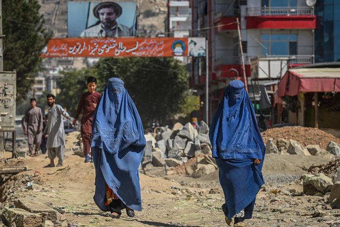 Twee vrouwen in boerka in Kaboel.