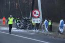 De auto waar de drie twintigers in zaten raakte onherkenbaar beschadigd door het eenzijdige ongeval op de A59.