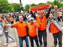Een gezellige sfeer, vlak na de gewonnen EK-wedstrijd tegen Noord-Macedonië.