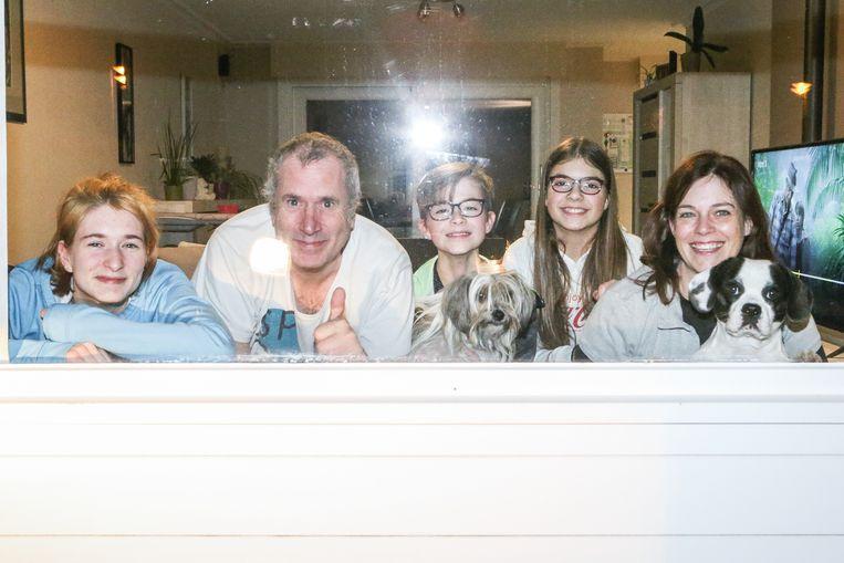 Het hele gezin De Prest zit in quarantaine, nadat eerst beide ouders en daarna ook de kinderen besmet raakten. Beeld Photo News