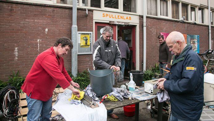 Vrienden en bekenden helpen om de spullen uit het museum schoon te maken.