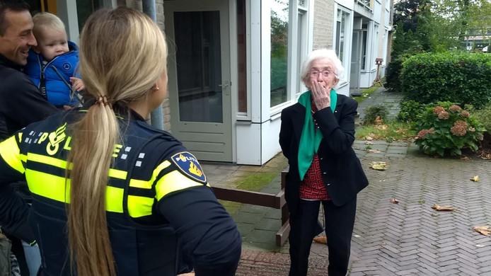 De politie kwam Oma Mia zaterdagochtend ophalen om haar in de cel te zetten.