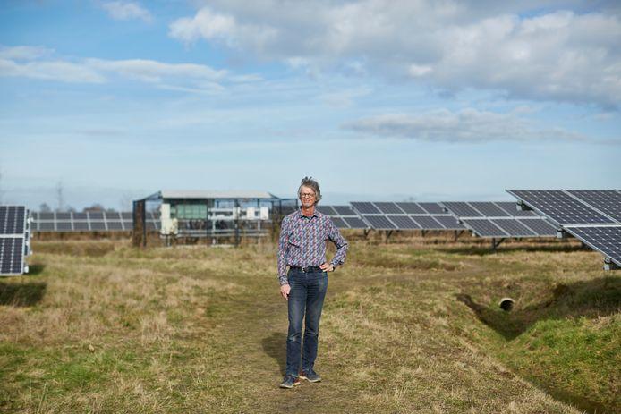 Projectleider Erik Mol tussen de zonnepanelen in Hengelo.