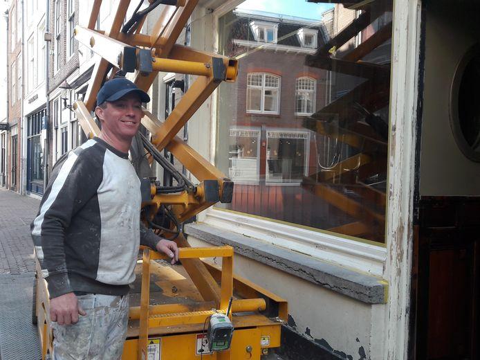 Restauranteigenaar Yves Momersteeg aan de slag als schilder.