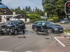 Auto's botsen op elkaar in Eerbeek: kruising vol brokstukken na flinke klap