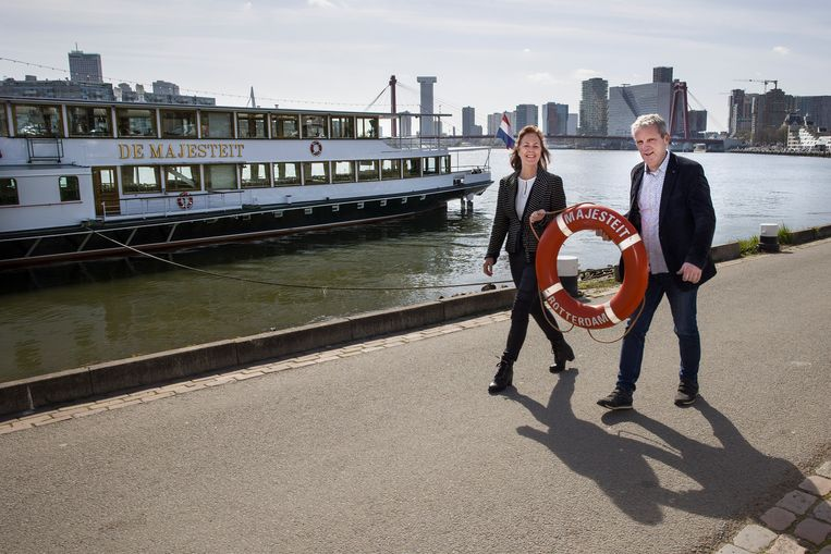 Christine en Klemens Key willen hun 95 jaar oude raderstoomboot graag van de hand doen.  Beeld Arie Kievit